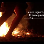"""FOTOGRAMA LYRIC VÍDEO (Vídeolletra) """"COM UNA PIRA"""" amb la Mariajo Farriols (www.bailalavida.org)"""